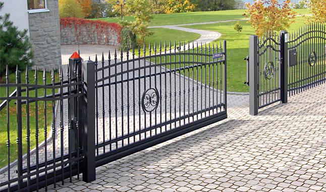 cancello-carraio-scorrevole-sospeso-senza-guida-terra-wisniowski-azzate-varese-lombardia-italia