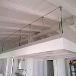 balaustra-parapetto-vetro-extrachiaro-profilo-alluminio-fissaggio-a-terra-predisposizione-fissaggio-rete-varese-azzate-milano-como-svizzera-canton-ticino-1a