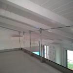 balaustra-parapetto-vetro-extrachiaro-profilo-alluminio-fissaggio-a-terra-predisposizione-fissaggio-rete-varese-azzate-milano-como-svizzera-canton-ticino-1c