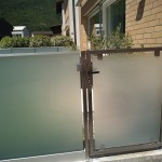 cancelletto-pedonale-acciaio-inox-vetro-acidato-satinato-design-moderno-elegante-azzate-varese-milano-como-svizzera-canton-ticino-1a