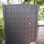 cancelletto-pedonale-ferro-verniciato-doppia-lamiera-fori-quadrati-taglio-laser-moderno-design-azzate-varese-como-milano-canton-ticino-svizzera-1a