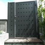 cancelletto-pedonale-ferro-verniciato-doppia-lamiera-fori-quadrati-taglio-laser-moderno-design-azzate-varese-como-milano-canton-ticino-svizzera-1b