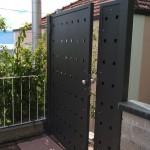 cancelletto-pedonale-ferro-verniciato-doppia-lamiera-fori-quadrati-taglio-laser-moderno-design-azzate-varese-como-milano-canton-ticino-svizzera-1d