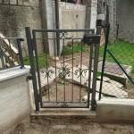 cancelletto-pedonale-ferro-verniciato-inserti-verticali-classico-design-azzate-varese-2c