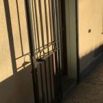 cancelletto-pedonale-ferro-verniciato-inserti-verticali-classico-design-azzate-varese-3a