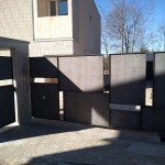 cancello-carraio-anta-battente-certificato-cancelletto-pedonale-ferro-grezzo-cantiere-scatole-quadrato-moderno-design-azzate-varese-como-milano-ticino-svizzera-2c