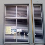 cancello-carraio-anta-battente-certificato-cancelletto-pedonale-ferro-inserti-orizzontali-moderno-design-azzate-varese-1a