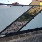 cancello-carraio-anta-battente-certificato-ferro-battuto-verniciato-vetro-acidato-satinato-pinze-acciaio-inox-elegante-personalizzato-unico-design-azzate-varese-1a