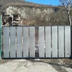 cancello-carraio-due-ante-battenti-certificato-ferro-grezzo-doghe-larghe-verticali-moderno-design-azzate-varese-como-milano-canton-ticino-svizzera-1b