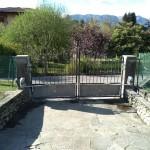 cancello-carraio-due-ante-battenti-certificato-ferro-grezzo-inserti-verticali-classico-design-motorizzato-somfy-axovia-azzate-varese-como-milano-svizzera-canton-ticino-1a