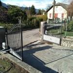 cancello-carraio-due-ante-battenti-certificato-ferro-grezzo-inserti-verticali-classico-design-motorizzato-somfy-axovia-azzate-varese-como-milano-svizzera-canton-ticino-1b