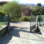 cancello-carraio-due-ante-battenti-certificato-ferro-grezzo-inserti-verticali-classico-design-motorizzato-somfy-axovia-azzate-varese-como-milano-svizzera-canton-ticino-1c