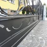 cancello-carraio-due-ante-scorrevoli-sospeso-senza-guida-terra-certificato-ferro-battuto-moderno-verniciato-elegante-personalizzato-unico-design-azzate-varese-1b