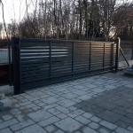 cancello-carraio-scorrevole-sospeso-senza-guida-a-terra-ferro-zincato-verniciato-motorizzato-inserti-orizzontali-design-moderno-wisniowski-azzate-varese-1b