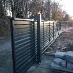 cancello-carraio-scorrevole-sospeso-senza-guida-a-terra-ferro-zincato-verniciato-motorizzato-inserti-orizzontali-design-moderno-wisniowski-azzate-varese-1d