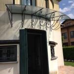 tettoia-pensilina-copertura-entrata-curva-calandrata-vetro-retinato-ferro-battuto-stile-liberty-design-azzate-varese-1e