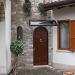 tettoia-pensilina-curva-con-riccioli-plexiglas-compatto-copertura-entrata-certificata-tuv-design-azzate-varese-1a