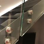 ringhiera-parapetto-scala-vetro-boccole-acciaio-inox-aisi-304-design-moderno-varese-azzate-4d