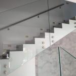 ringhiera-parapetto-scala-vetro-boccole-acciaio-inox-aisi-304-design-moderno-varese-azzate-milano-brianza-svizzera-canton-ticino-12d