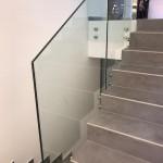 ringhiera-parapetto-scala-vetro-boccole-acciaio-inox-aisi-304-design-moderno-varese-azzate-milano-brianza-svizzera-canton-ticino-8h