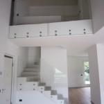ringhiera-parapetto-scala-vetro-extrachiaro-boccole-acciaio-inox-aisi-304-design-moderno-varese-azzate-1b