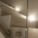 ringhiera-parapetto-scala-vetro-extrachiaro-boccole-acciaio-inox-aisi-304-design-moderno-varese-azzate-como-milano-svizzera-canton-ticino-4c