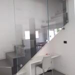 ringhiera-parapetto-scala-vetro-extrachiaro-boccole-acciaio-inox-aisi-304-design-moderno-varese-azzate-como-milano-svizzera-canton-ticino-5c