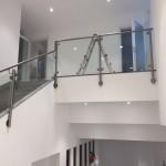 ringhiera-parapetto-scala-vetro-pinze-acciaio-inox-aisi-304-design-moderno-varese-azzate-2a