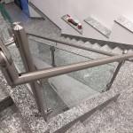 ringhiera-parapetto-scala-vetro-pinze-acciaio-inox-aisi-304-design-moderno-varese-azzate-2g