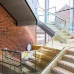 ringhiera-parapetto-scala-vetro-profilo-alluminio-fissaggio-a-terra-design-moderno-varese-azzate-1a