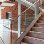 ringhiera-parapetto-scala-vetro-profilo-alluminio-fissaggio-a-terra-design-moderno-varese-azzate-1b