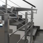 ringhiera-parapetto-scala-acciaio-inox-aisi-304-piantane-quadro-inserti-piatto-orizzontali-legno-design-moderno-varese-azzate-1b