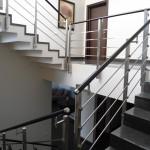 ringhiera-parapetto-scala-acciaio-inox-aisi-304-piantane-quadro-inserti-piatto-orizzontali-legno-design-moderno-varese-azzate-1c