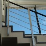ringhiera-parapetto-scala-acciaio-inox-aisi-304-piantane-quadro-inserti-piatto-orizzontali-legno-design-moderno-varese-azzate-1d