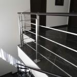 ringhiera-parapetto-scala-acciaio-inox-aisi-304-piantane-quadro-inserti-piatto-orizzontali-legno-design-moderno-varese-azzate-1e