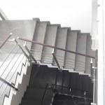 ringhiera-parapetto-scala-acciaio-inox-aisi-304-piantane-quadro-inserti-piatto-orizzontali-legno-design-moderno-varese-azzate-1f