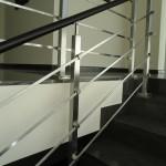 ringhiera-parapetto-scala-acciaio-inox-aisi-304-piantane-quadro-inserti-piatto-orizzontali-legno-design-moderno-varese-azzate-1h