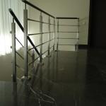 ringhiera-parapetto-scala-acciaio-inox-aisi-304-piantane-quadro-inserti-piatto-orizzontali-legno-design-moderno-varese-azzate-1j