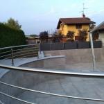 balaustra-parapetto-balcone-acciaio-inox-aisi-304-satinato-calandrato-piantane-quadro-inserti-tondo-q-railing-azzate-varese-1d